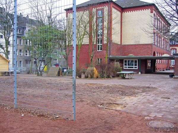 Schule in Köln, Schwarz-Weiss-Bereich, Knopf zu Altlastensanierung, Knopf zu Kieselrotsanierung, Knopf zu DTCOM, Knopf zu Dioxin, Knopf zu PCDD, Knof zu Kieselrot Sportplatz,